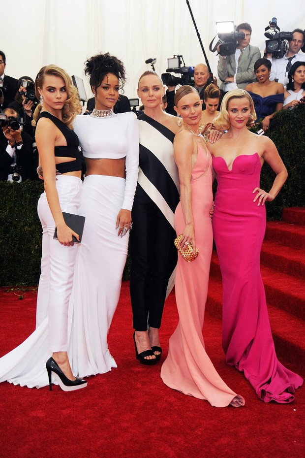 "NEW YORK, NY - MAY 05:  Cara Delevigne, Rihanna, Stella McCartney, Kate Bosworth, and Reese Witherspoon attend the ""Charles James: Beyond Fashion"" Costume Institute Gala at the Metropolitan Museum of Art on May 5, 2014 in New York City.  (Photo by Rabbani (Foto: Getty Images)"