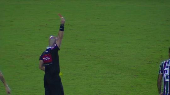 Getúlio recebe o cartão vermelho após atrasar reinicio da partida, aos 17' do 2º tempo