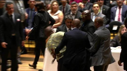 Cerimônia de diplomação de eleitos tem confusão e polícia no palco
