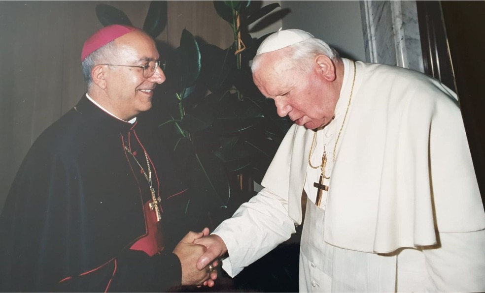 Bispo  e Papa João Paulo II.  Foto: Diocese de Coxim/Divulgação