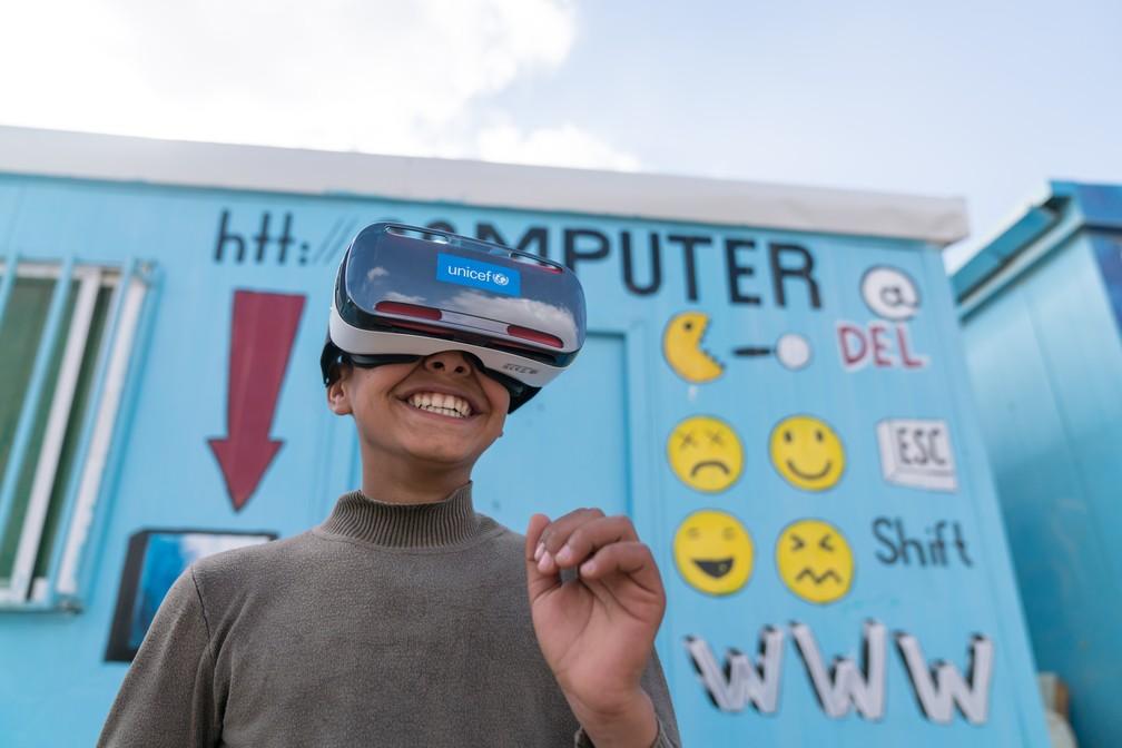 Garoto assiste a um documentário de realidade virtual em um campo de refugiados sírios na Jordânia, no dia 19 de janeiro de 2017 (Foto: Unicef/Divulgação)