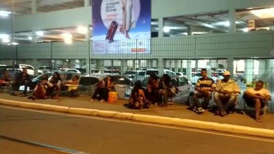 Famílias passam a noite em calçada de shopping por vaga no projeto 'Golfinho', em Maceió
