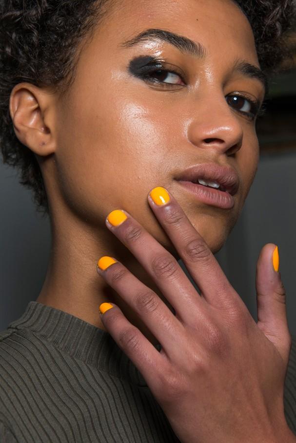 Esmalte amarelo no desfile de Osman (Foto: ImaxTree)