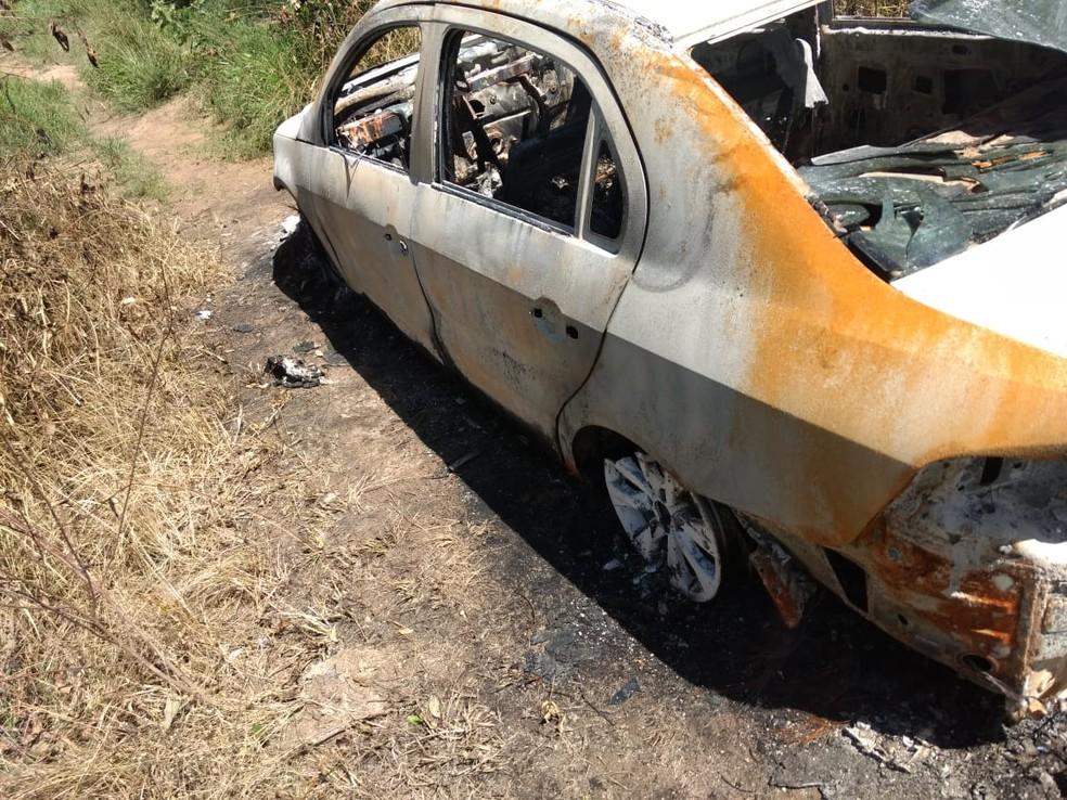 Carro do professor Sandro Cipriano foi encontrado carbonizado às margens da BR-232 — Foto: Reprodução/WhasApp