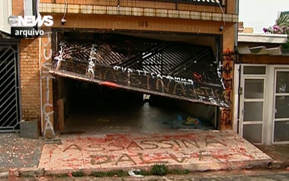 Casa onde Dalva Lina da Silva abrigava animais chegou a ser pichadas e teve o portão destruído por pessoas que se revoltaram com as mortes dos animais: 'assassina' e 'justiça' (Foto: Arquivo/GloboNews)