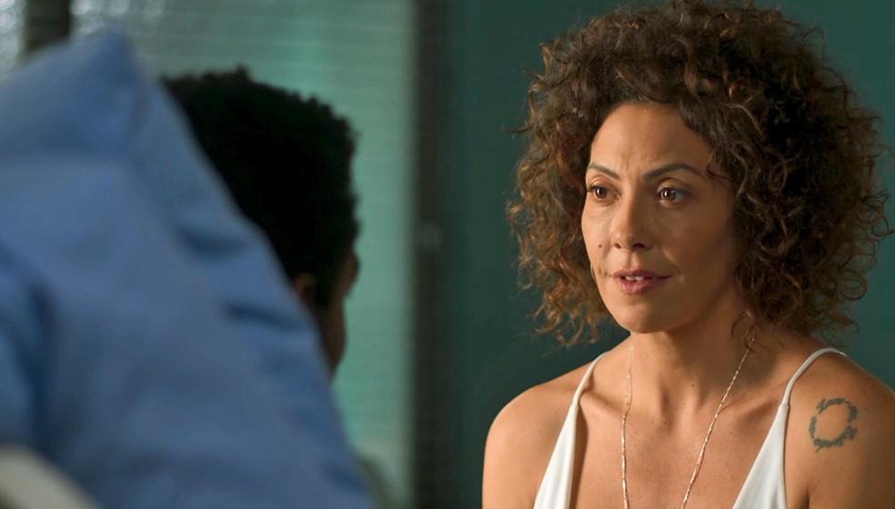 Cacau fica balançada e dá esperança para o ex — Foto: TV Globo
