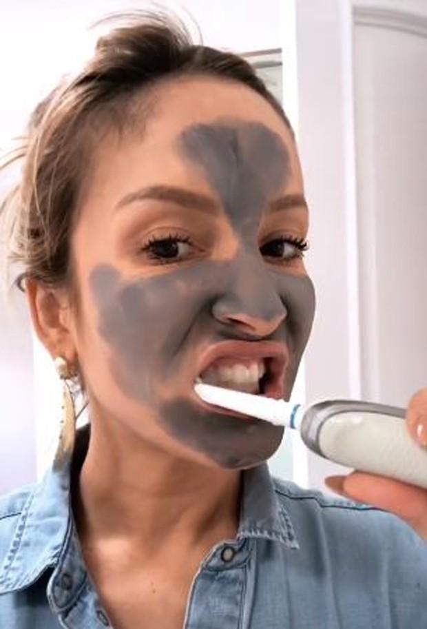 Claudia Leitte escovandos os dentes (Foto: Reprodução/Instagram)