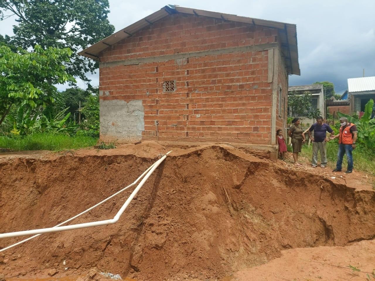 Seis casas correm risco de desabar após cratera abrir em rua de Rio Branco
