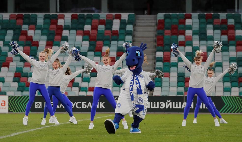 Animadoras de torcida do Dinamo Minsk agitam os poucos presentes na partida contra o Torpedo-BelAZ  — Foto: Vasily Fedosenko/Reuters