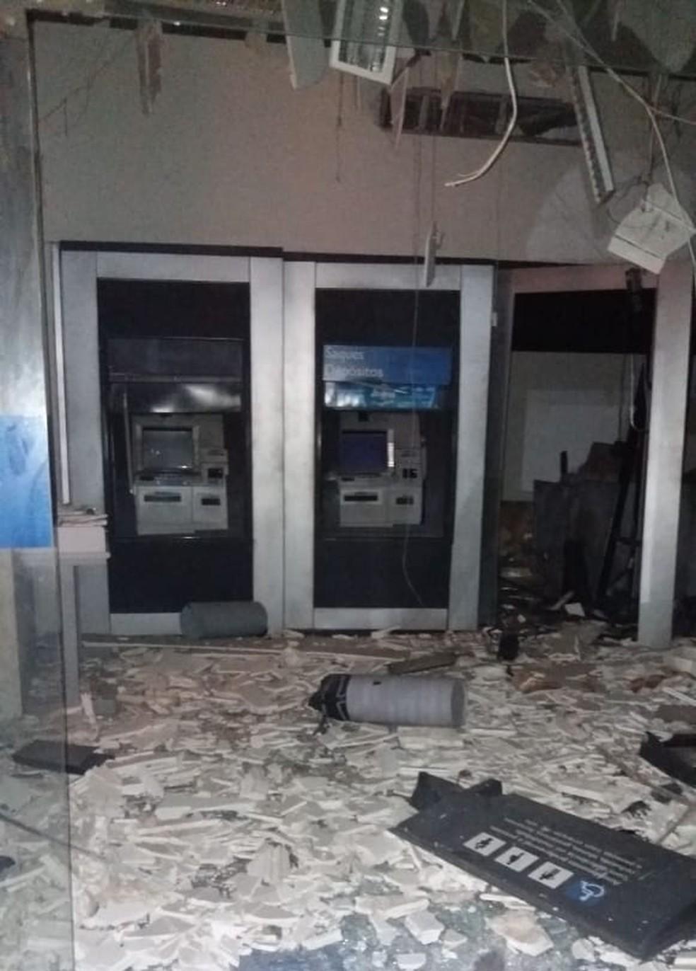 Caixas eletrônicos de agência bancária em Escada, na Zona da Mata Sul de Pernambuco, são explodidos por bandidos — Foto: Reprodução/WhatsApp