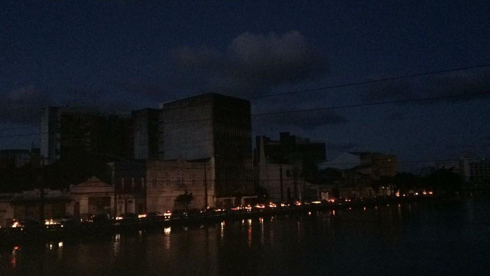 Capital pernambucana ficou às escuras devido ao apagão nesta quarta-feira (21) (Foto: Antônio Coelho/TV Globo)