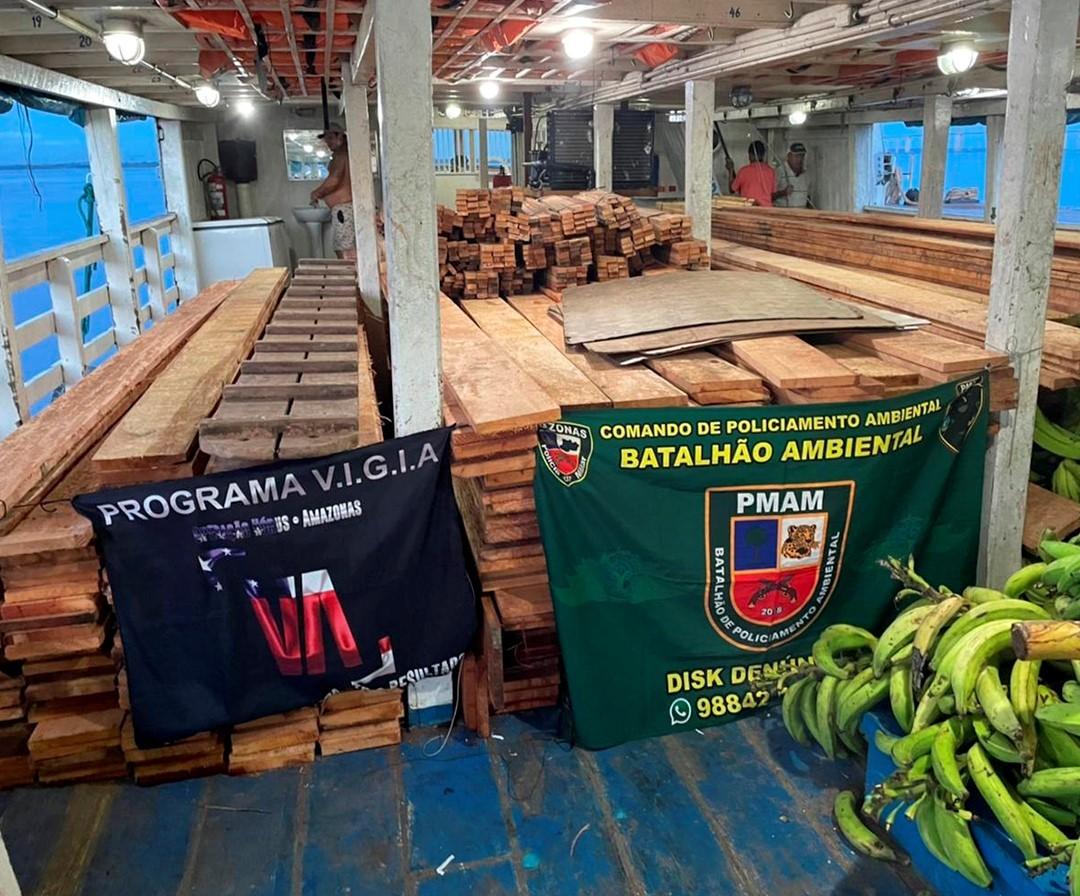 Carga de madeira ilegal é apreendida pela PM em barco em Manaus
