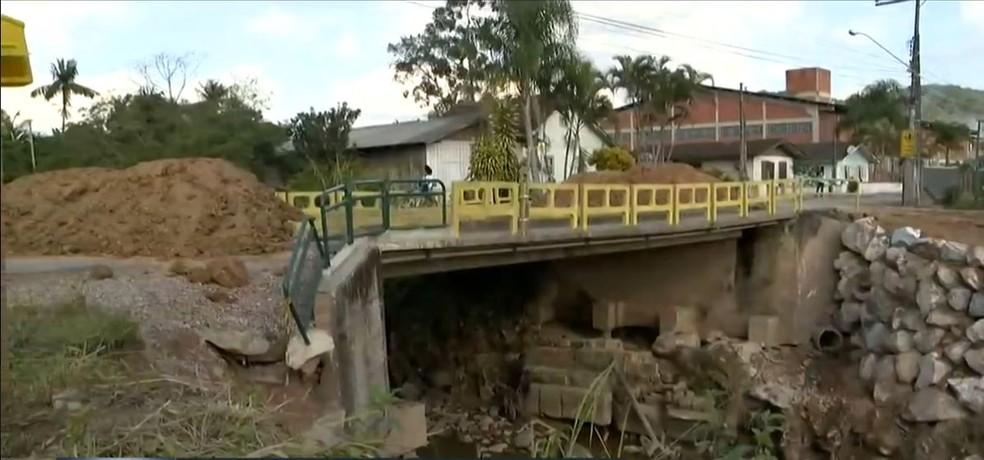 Cabeceira de ponte interditada em Brusque entre os bairros Limoeiro e Santa Terezinha — Foto: Reprodução/NSC TV