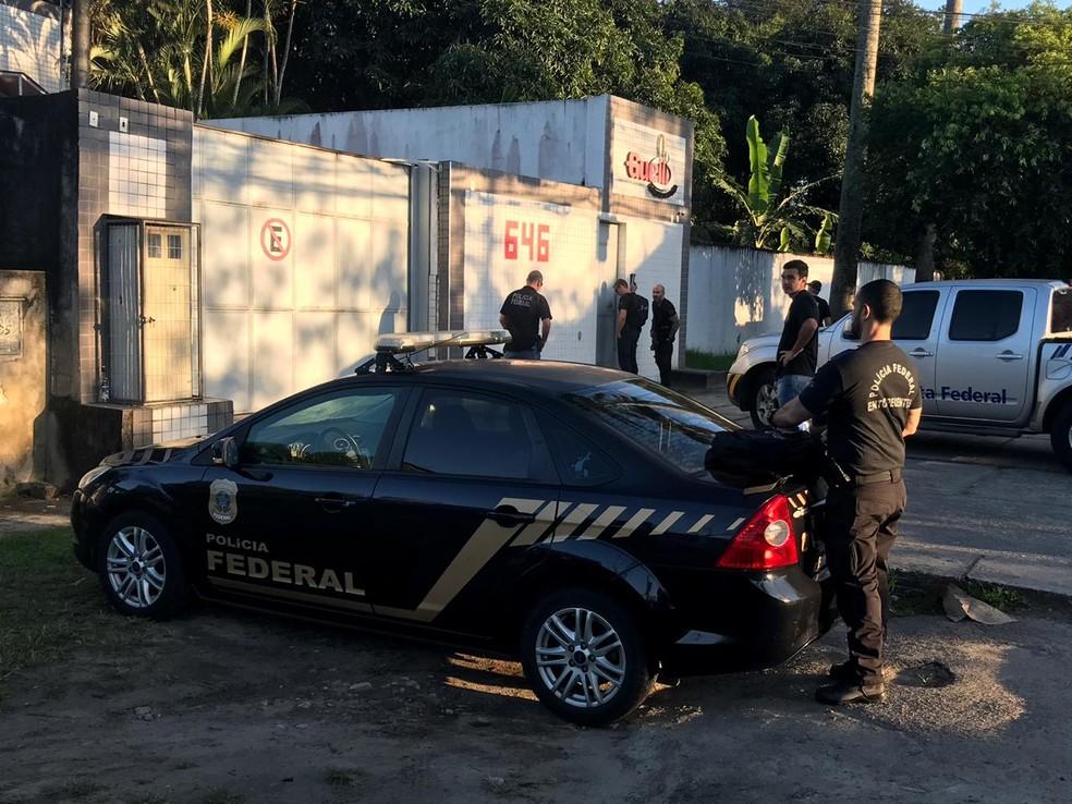 Equipe da PF na Estrada da Cachamorra, em Campo Grande — Foto: Diego Haidar/TV Globo