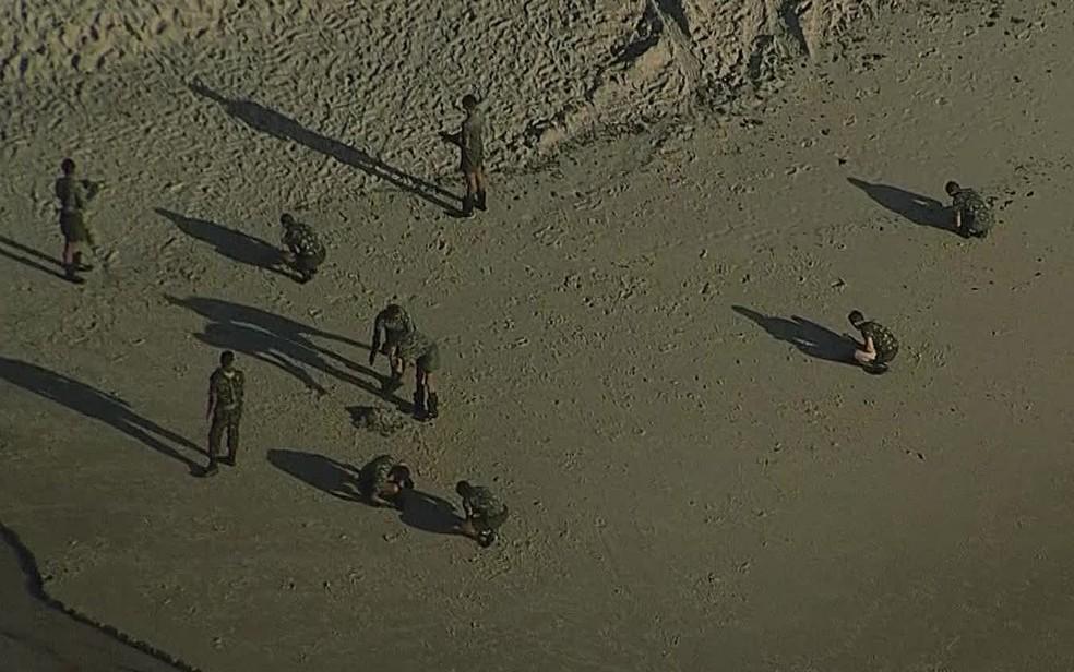 Exército auxilia na limpeza de praia no Cabo de Santo Agostinho, no Grande Recife, nesta terça-feira (22) — Foto: Reprodução/TV Globo