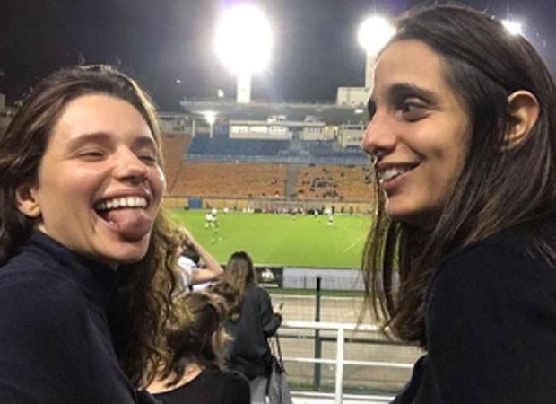 Bruna Linzmeyer e namorada (Foto: Reprodução)