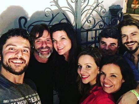 Winter e Cristiana Oliveira posam juntos ao lado de amigos  (Foto: Reprodução)