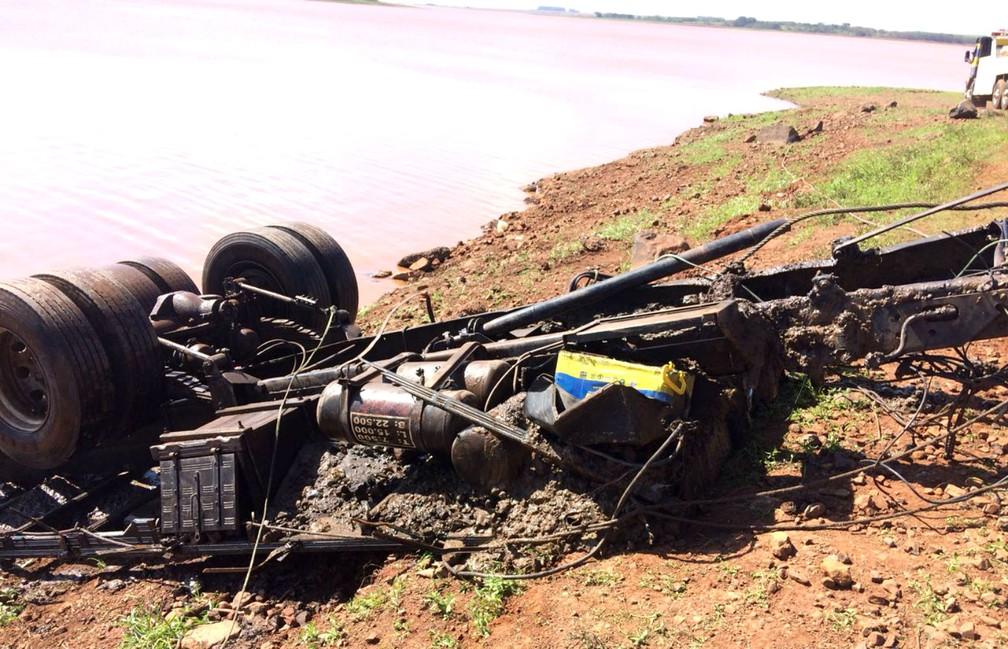 Parte do chassi do caminhão foi retirada do Rio Paranapanema, mas motorista segue desaparecido (Foto: Guilherme Dias / Defesa Civil de Florínea)