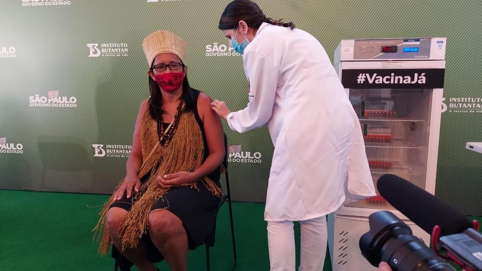 Primeira indígena a ser vacina no Brasil, com CoronaVac, na tarde deste domingo (17) — Foto: Rodrigo Rodrigues/G1