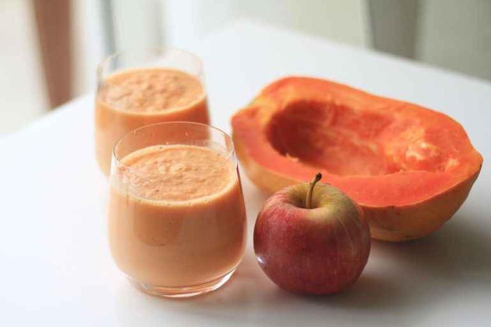 Suco de mamão, maçã vermelha e amêndoa — Foto: Reprodução/Internet