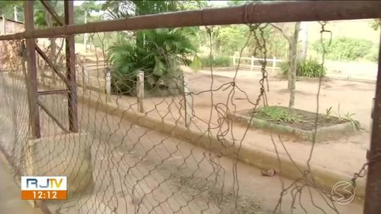 Moradores reclamam das condições da quadra de esportes do bairro Acampamento