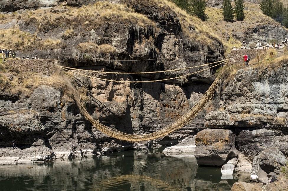 A ponte de capim construída pelos incas que ainda é refeita todos os anos
