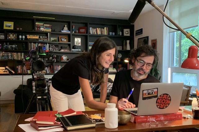 Joana Jabace, diretora de 'Diário de um confinado', e Bruno Mazzeo, autor e protagonista (Foto: Globo)