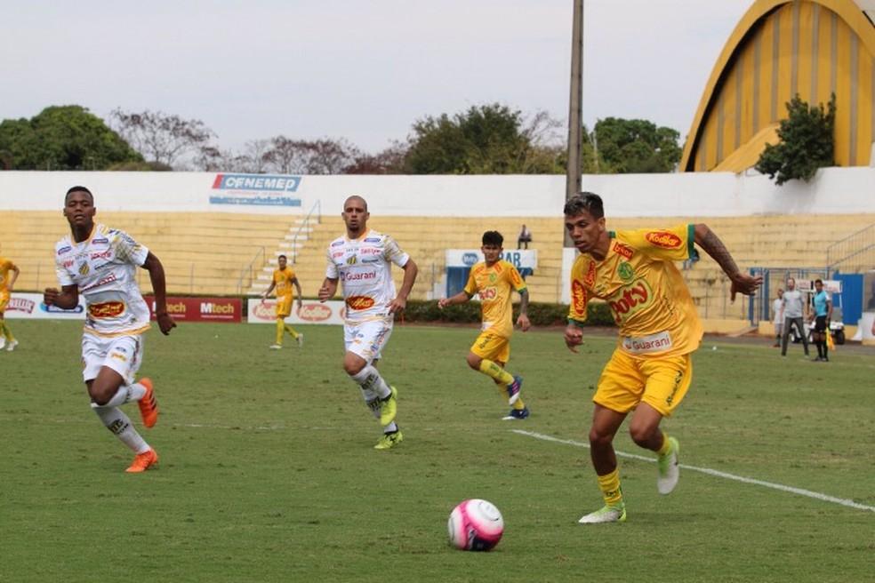 O atacante, Lucas Rodrigues fez o gol de pênalti e deu a vitória ao Mirassol (Foto: Marcos Freitas/Divulgação)