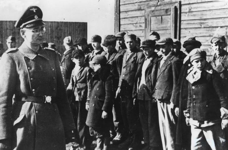 Oficial nazista em campo de concentração (Foto: Wikimedia Commons)
