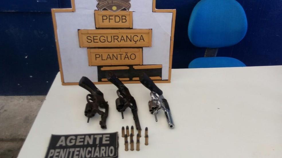 Armas foram apreendidas por agentes penitenciários em revista no Complexo do Curado nesta sexta (4) (Foto: Sindasp-PE/Divulgação)