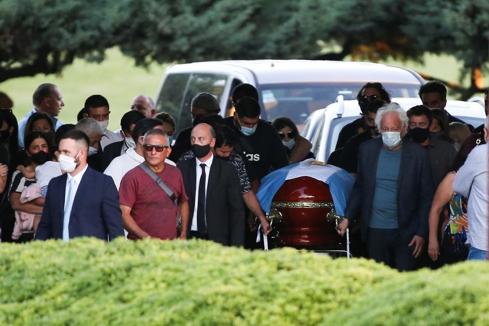 Caixão de Diego Maradona é carregado por familiares — Foto: Reuters