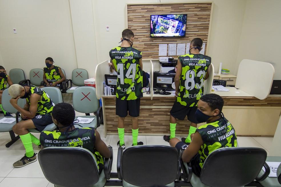 Jovens aguardam deste — Foto: Marcelo Cortes/Flamengo Divulgação