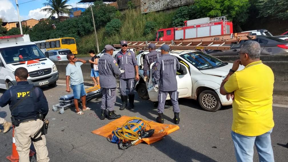 Corpo de Bombeiros atuou em acidente na BR-324 na manhã desta sexta-feira (2), em Salvador â?? Foto: Divulgação/Corpo de Bombeiros