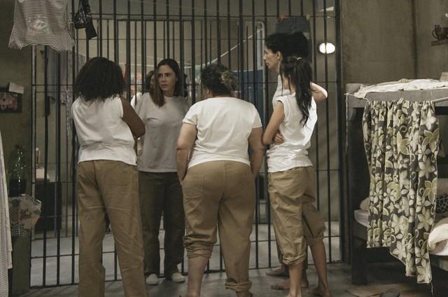 Cena da chegada de Dominique (Guilhermina Guinle) na prisão (Foto: TV Globo)