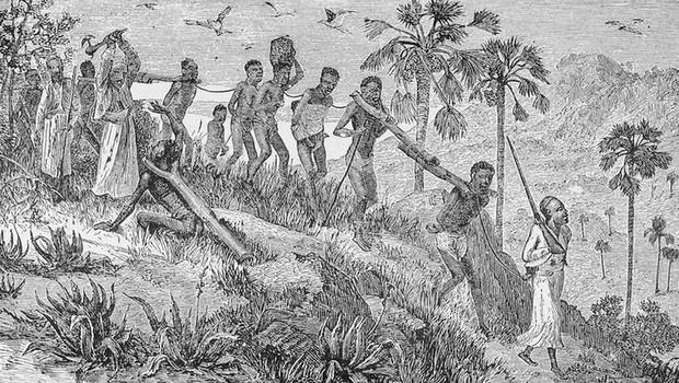 Ilustração mostra africanos capturados por outros africanos, sendo transportados até a costa, onde seriam vendidos para traficantes europeus (Foto: The New York Public Library Digital Collections via BBC)