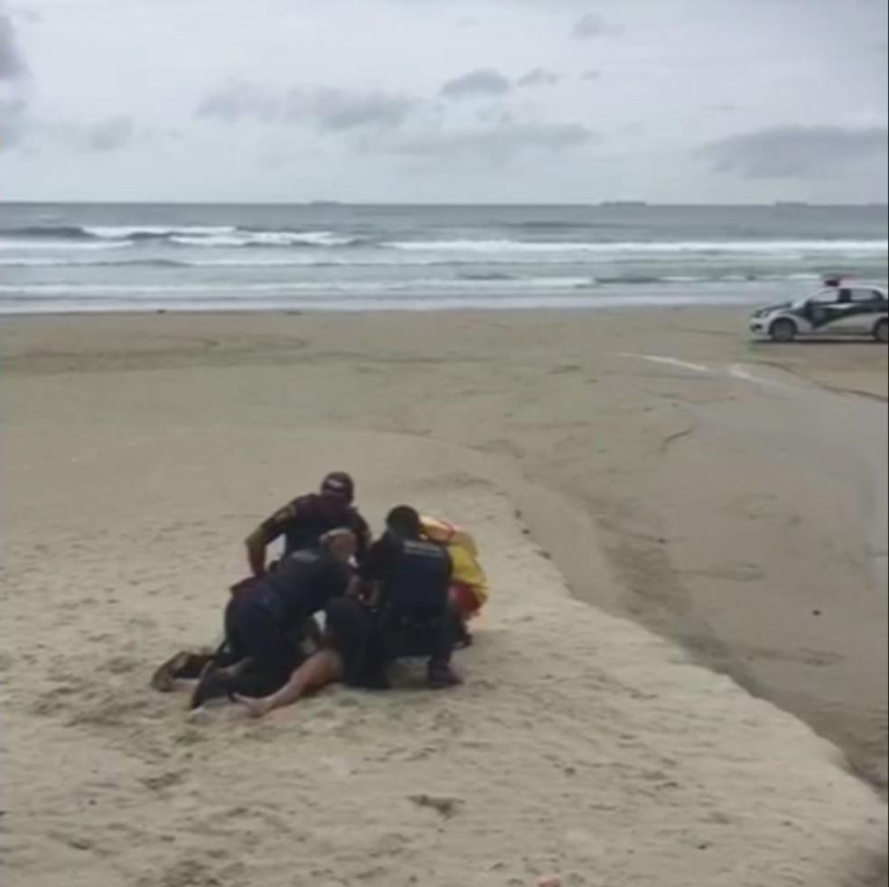 Surfista é detida pela Guarda Civil Municipal de Guarujá, SP — Foto: Reprodução/GCM de Guarujá