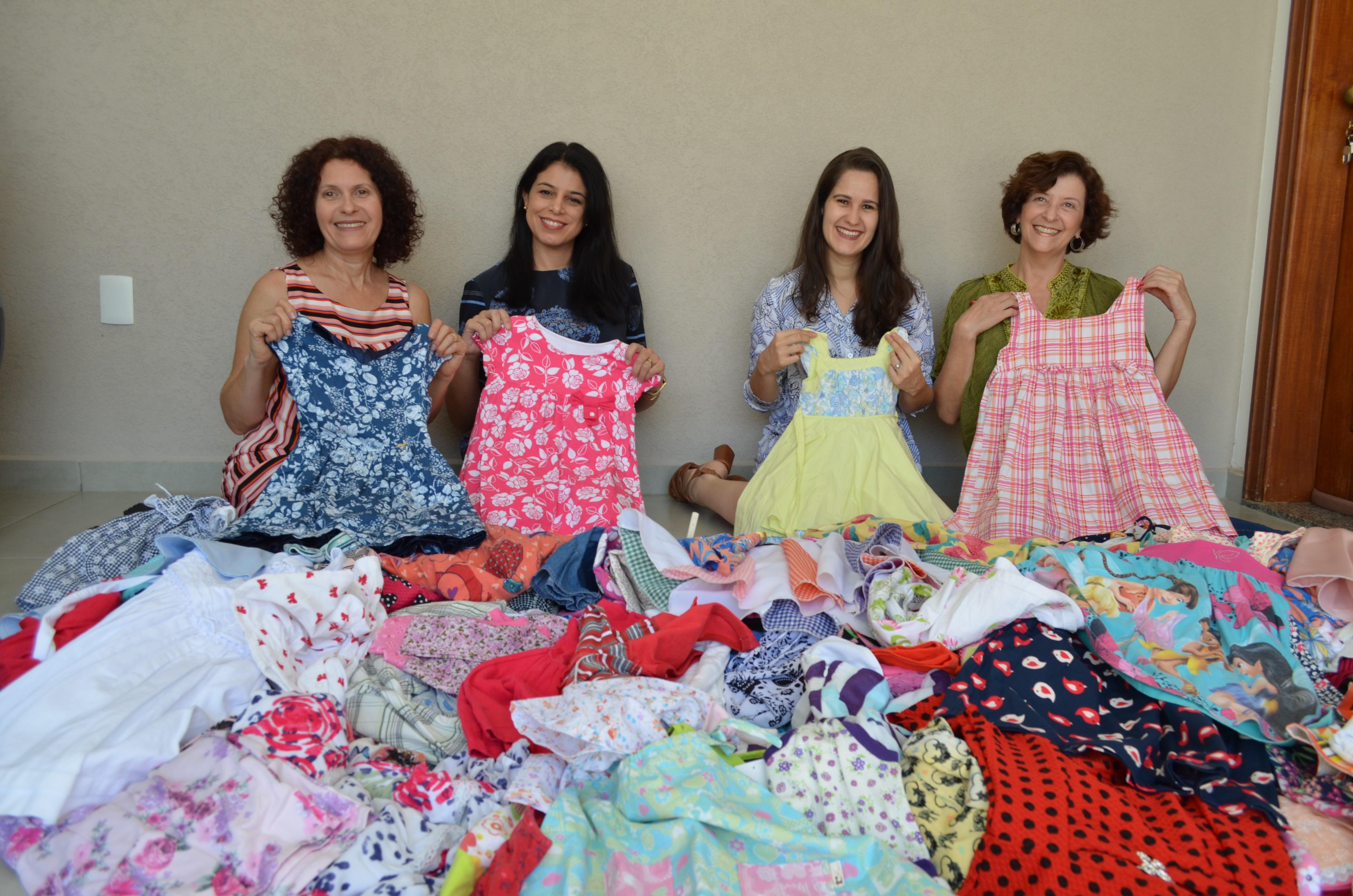 Costureiras voluntárias se unem para enviar 600 vestidos para meninas da África