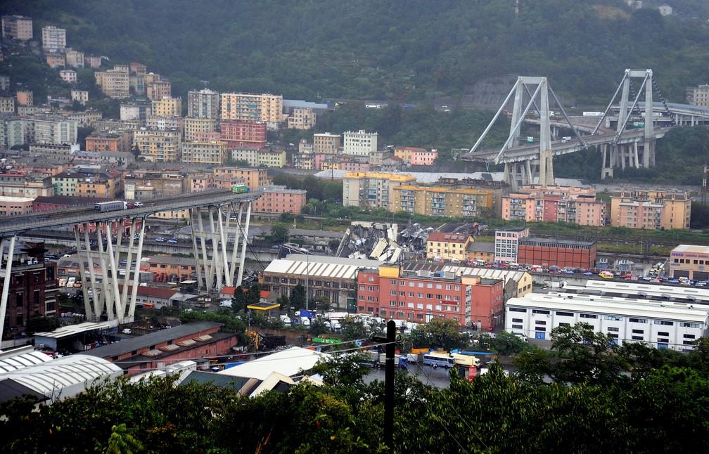 Colapso da ponte Morandi visto a partir do porto de Gênova, nesta terça-feira (14)  (Foto: Reuters)