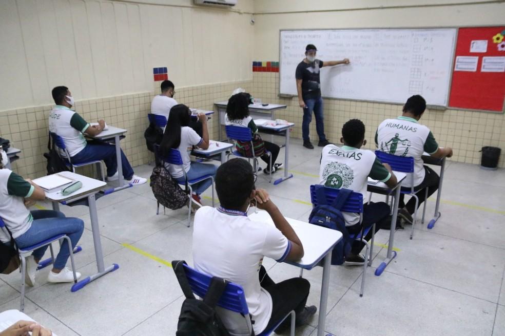 Estudantes em sala de aula, mantendo o distanciamento requerido pelo protocolo contra Covid-19 — Foto: Marlon Costa/Pernambuco Press