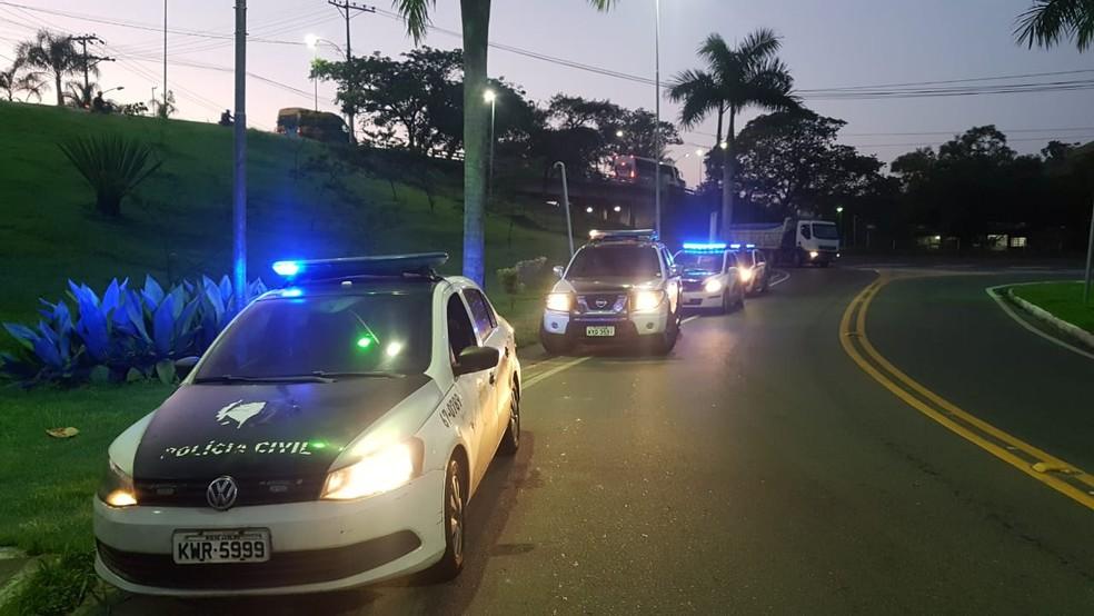 Carros da polícia em Alagoas durante operação contra pedofilia — Foto: Divulgação