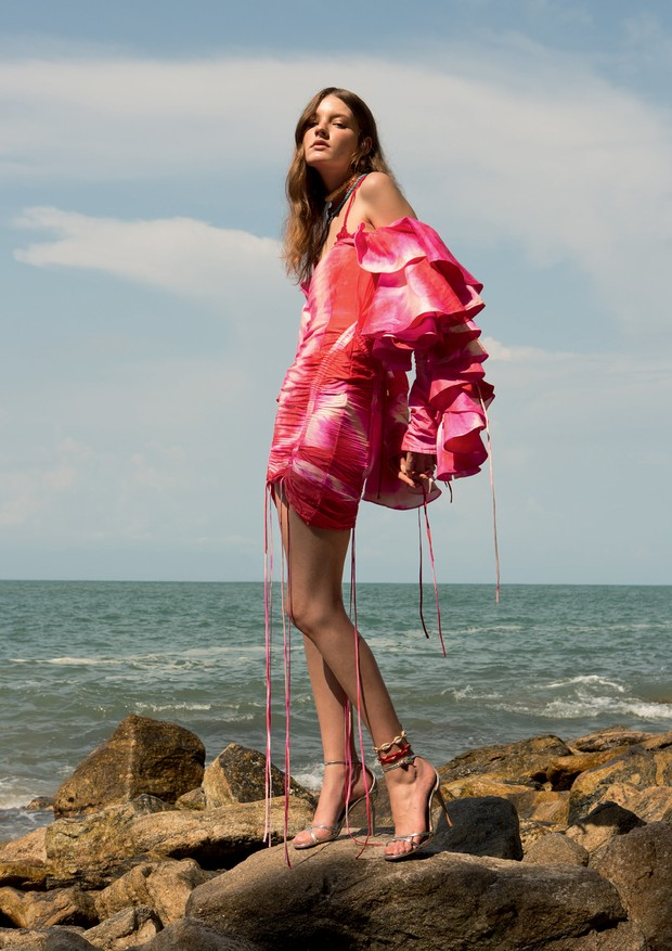 Vestido Atelier le lis (R$ 24.185) e top Helen Rödel (R$ 240). sandálias Aquazurra (R$ 3.600) (Foto: Caio Ramalho)