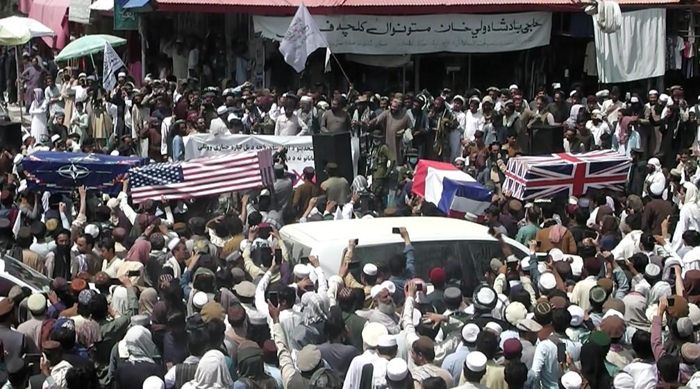 Manifestantes do Talibã fazem 'enterro' simbólico de bandeiras estrangeiras em Khost, no Afeganistão, em 31 de agosto de 2021 — Foto: ZHMAN TV/Reuters