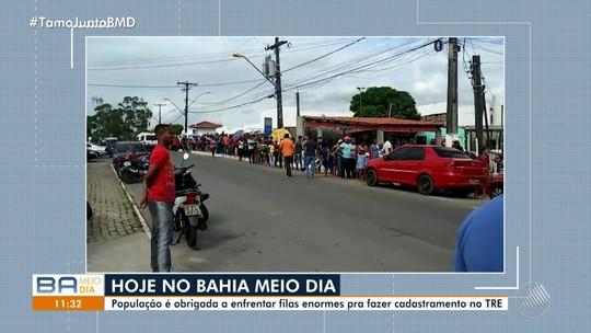 Eleitores enfrentam filas enormes para fazer recadastramento biométrico em Candeias