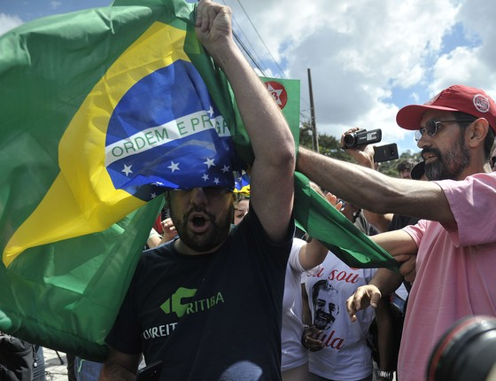 Manifestantes protestam em frente a sede da Polícia Federal em Curitiba (Foto: Marcello Casal Jr/Agência Brasil)