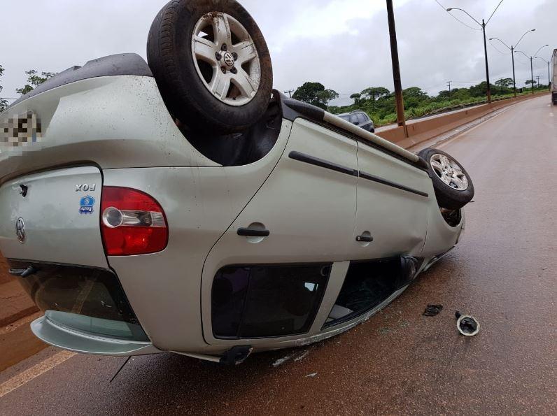 Motorista perde controle de veículo durante a chuva e capota na BR-364 em Porto Velho