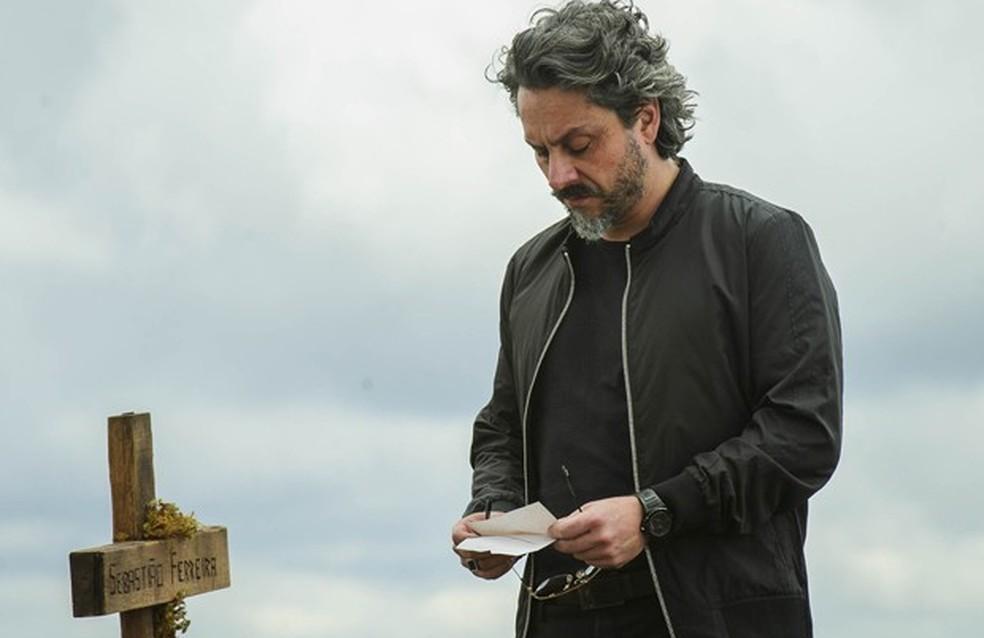 José Alfredo (Alexandre Nero) é acusado de ser ladrão e assassino em carta  - 'Império' — Foto: Alex Carvalho/Globo