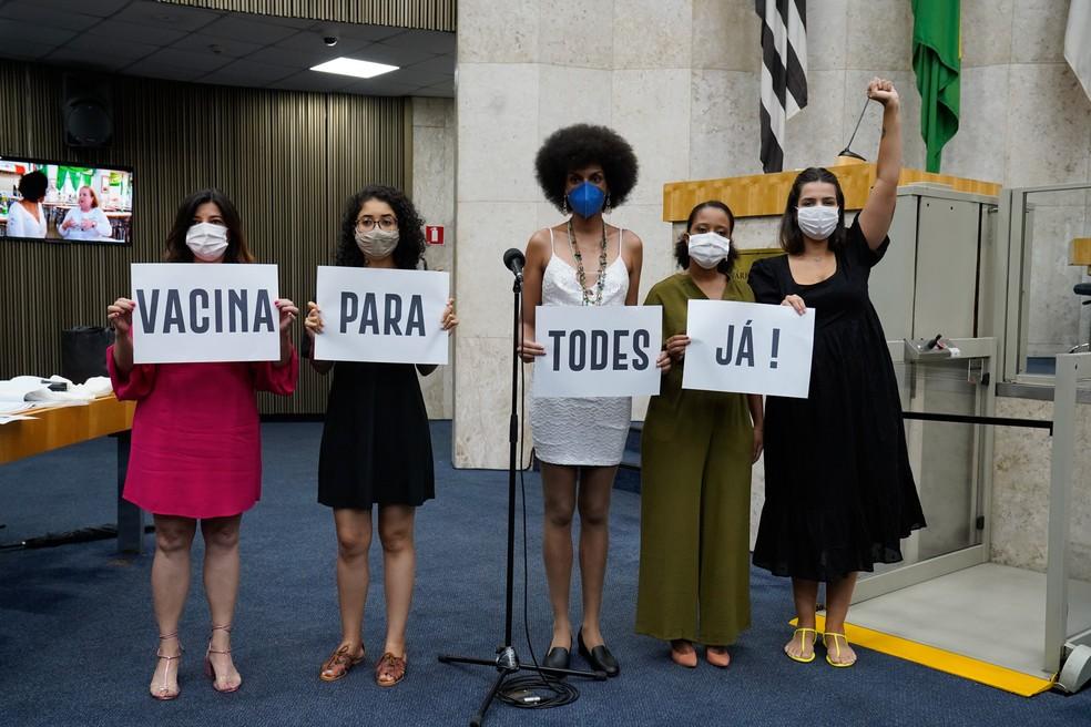 """Vereadoras da """"Bancada Feminista do PSOL"""" protestam em favor da vacina contra a Covid-19 em SP. — Foto: Divulgação/Rede Câmara"""
