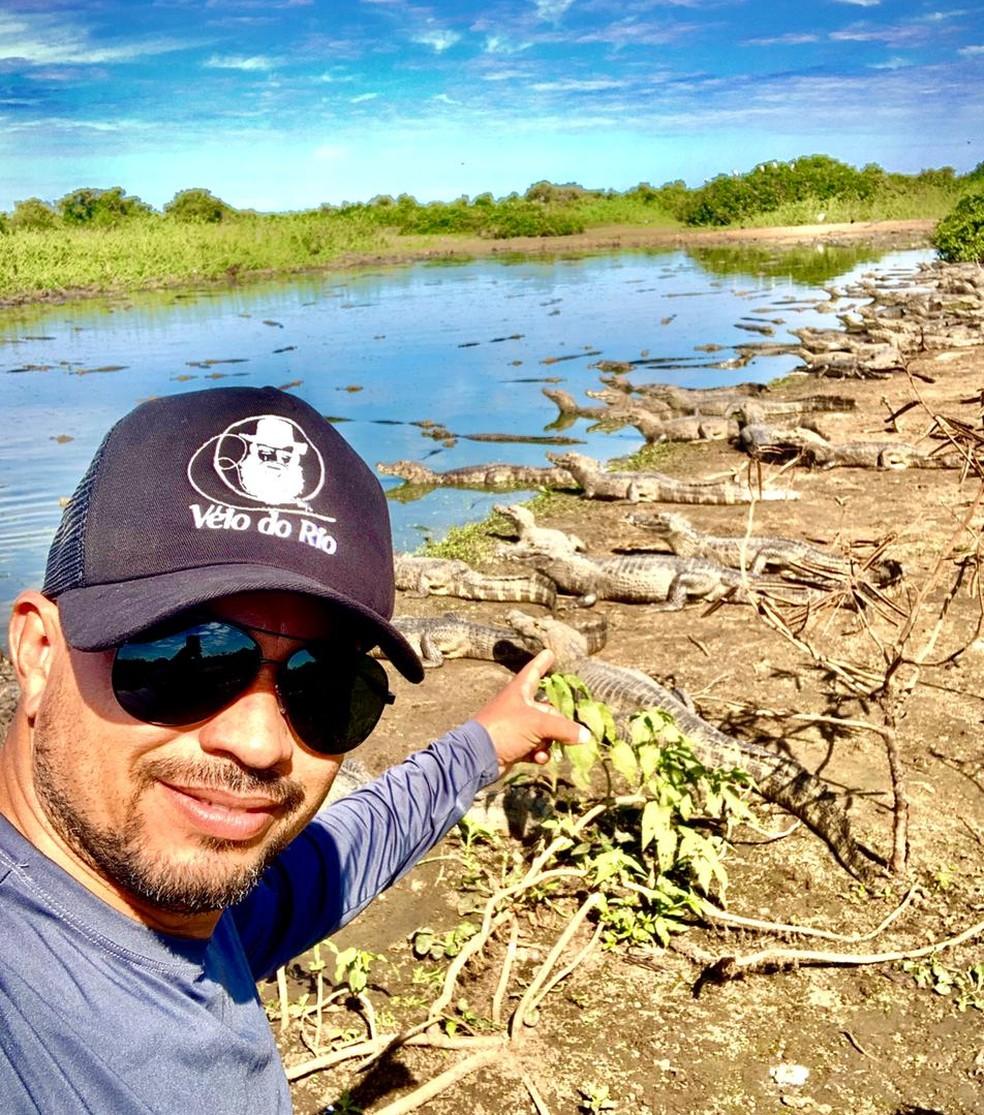 Fernando Fernandes de Bessa em foto próximo de jacarés — Foto: Fernando Bessa/ Arquivo pessoal