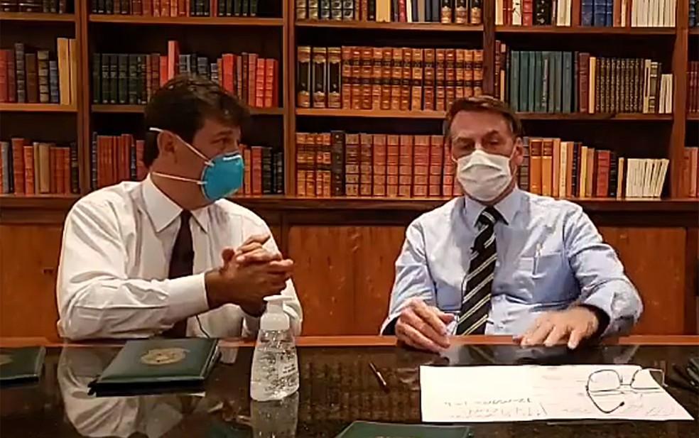 Bolsonaro usou máscara durante transmissão em rede social nesta quinta (12) — Foto: Reprodução/Facebook
