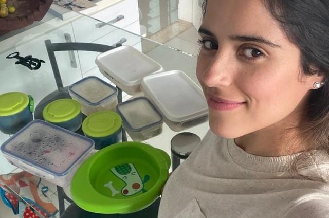 Camilla Camargo cuida da comida do filho, Joaquim (Foto: Arquivo pessoal)